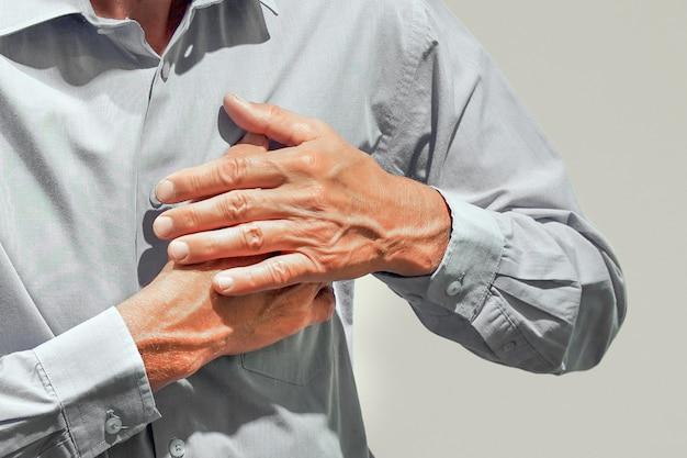 Dor no peito de homem idoso