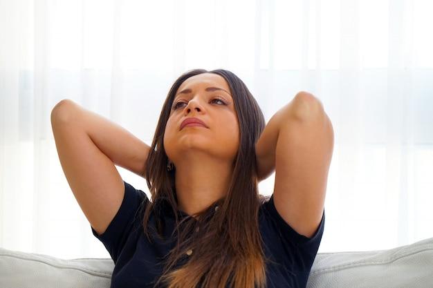 Dor no pescoço de uma mulher por fadiga