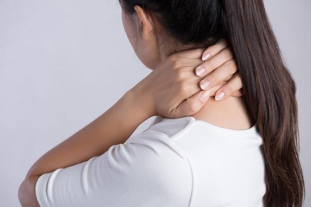 Dor no pescoço e no ombro da mulher e ferimento. conceito de cuidados de saúde e médico.