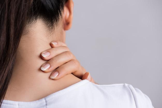Dor no pescoço e no ombro da mulher e ferimento.