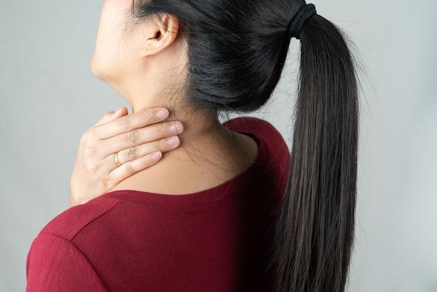 Dor no pescoço e ombro, lesão de mulheres jovens, cuidados de saúde e conceito médico