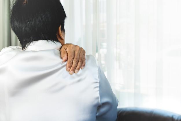 Dor no pescoço e ombro, mulher idosa sofrendo de lesão no pescoço e ombro, conceito de problema de saúde