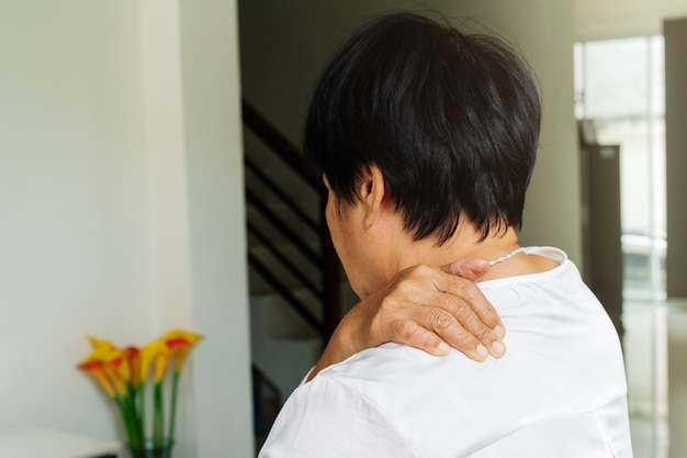Dor no pescoço e ombros, mulher idosa que sofre de lesão no pescoço e no ombro