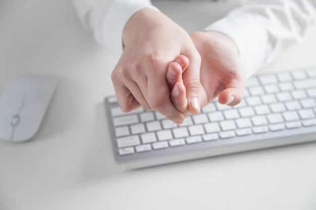 Dor nos dedos. trabalho no computador. síndrome do escritório