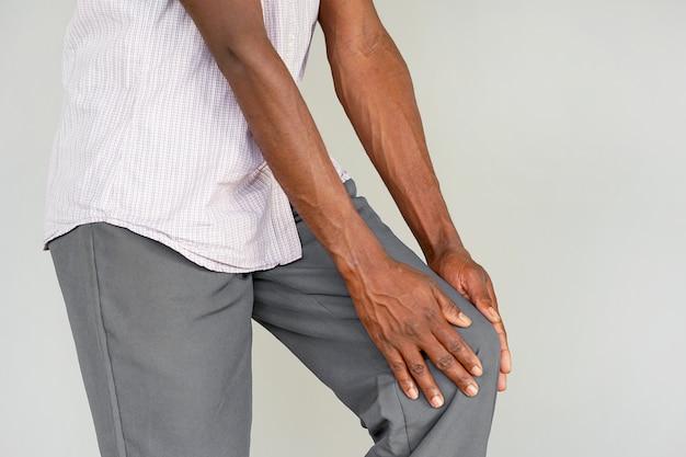 Dor nos joelhos de um homem