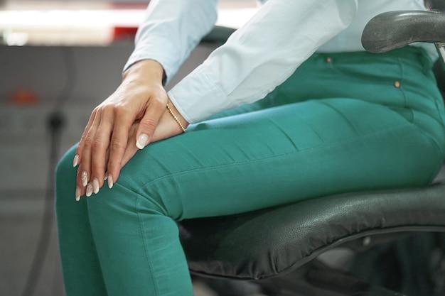 Dor nos joelhos de uma mulher.