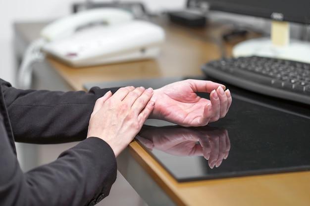 Dor severa na mão de uma mulher