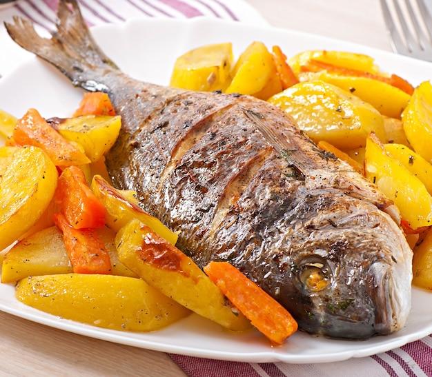 Dorada assada com batatas Foto gratuita