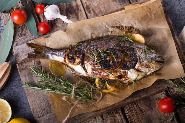 Dorado de peixe assado. peixe dourado e ingrediente cozido para cozinhar. dorade de peixe dourada dourada com sal, ervas e pimenta