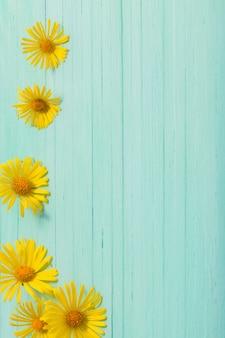 Doronicum flores sobre fundo verde de madeira pintado