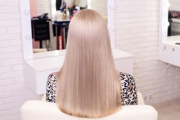 Dorso feminino com cabelo loiro longo natural