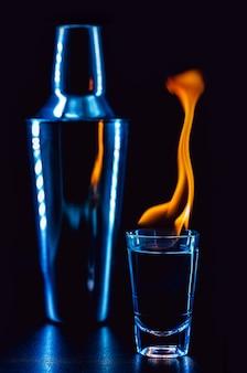 Dose de bebida ardente, dose de bebida alcoólica com fogo