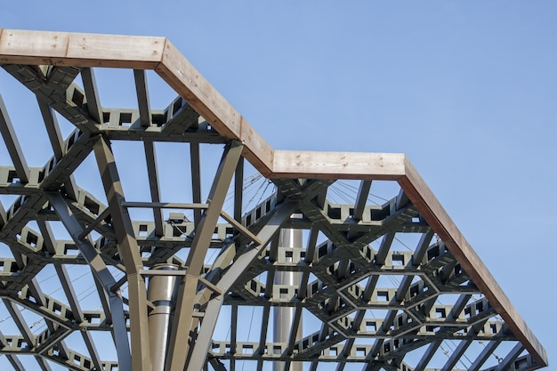 Dossel de pérgula, elementos estruturais. uma estrutura arquitetônica de arcos repetidos para proteger os visitantes do sol. saguão de entrada renovado em kiev, na ilha de trukhanov, após a reconstrução.