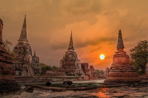 Double exposure sculpture paisagem do antigo pagode antigo
