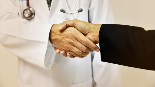 Doutor, agitação, um, paciente, mãos