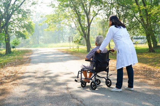 Doutor, ajuda, e, cuidado asiático, sênior, ou, idoso, senhora velha, mulher, paciente, sentando, ligado, cadeira rodas