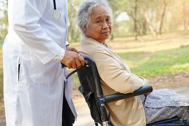 Doutor, ajuda, e, cuidado asiático, sênior, ou, idoso, senhora velha, mulher, paciente