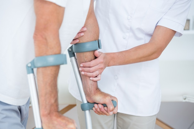 Doutor, ajudando, dela, paciente, andar, com, muleta