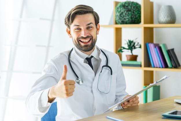 Doutor alegre, gesticulando, polegar-para cima