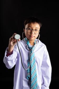 Doutor asiático, menino, com, um, estetoscópio, em, mão