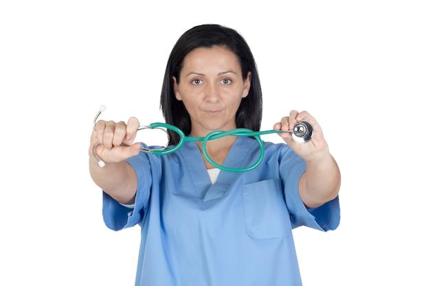 Doutor atraente mulher isolada no fundo branco