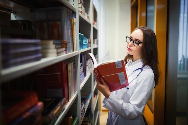 Doutor bela estudante de medicina na biblioteca