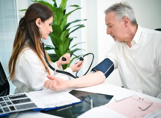 Doutor, cheking, um, pacientes, pressão sangue