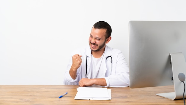 Doutor, colombiano, homem, celebrando, um, vitória