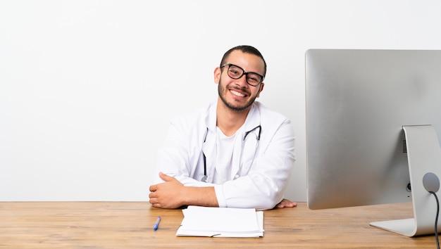 Doutor, colombiano, homem, com, óculos, e, sorrindo
