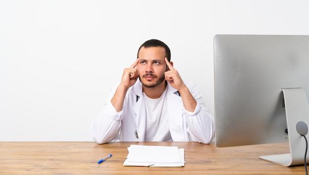 Doutor colombiano homem tendo dúvidas e pensando