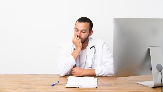 Doutor colombiano homem tendo dúvidas