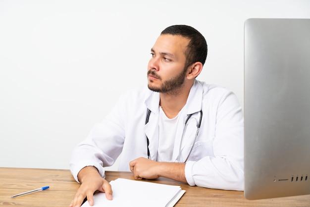 Doutor colombiano homem trabalhando em uma mesa