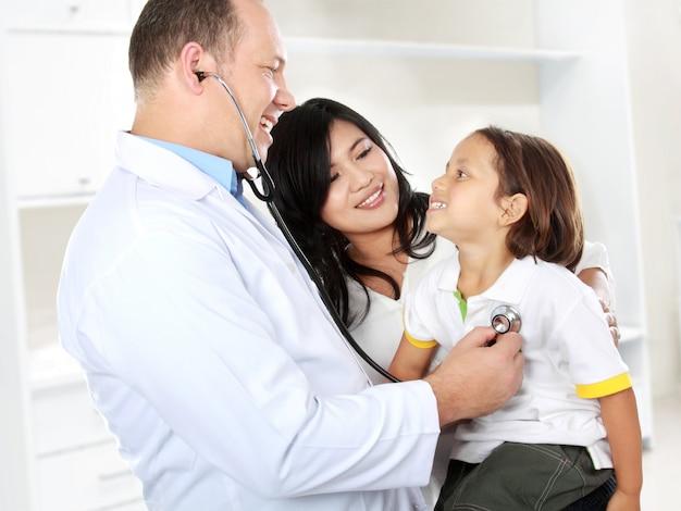 Doutor com criança