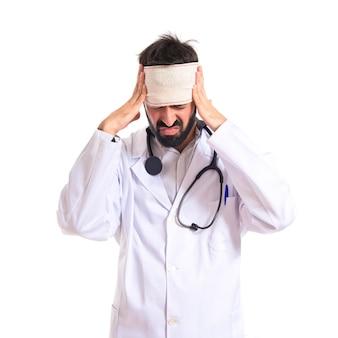 Doutor com dor de cabeça sobre fundo branco
