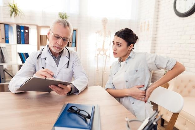 Doutor com estetoscópio e paciente do sexo feminino no escritório.