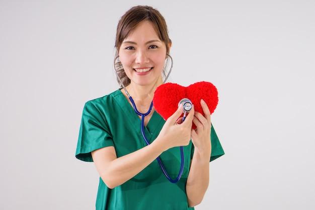 Doutor, com, estetoscópio, examinando, coração vermelho