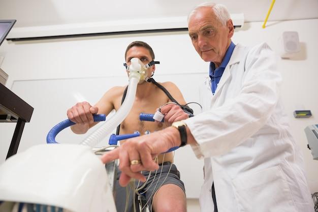 Doutor com homem fazendo teste de aptidão