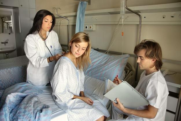 Doutor com paciente e colega de trabalho em um hospital