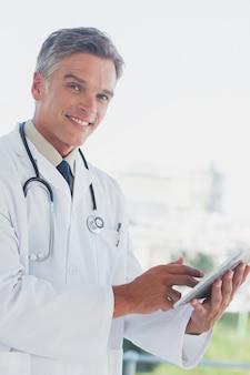 Doutor de cabelos grisalhos sorrindo