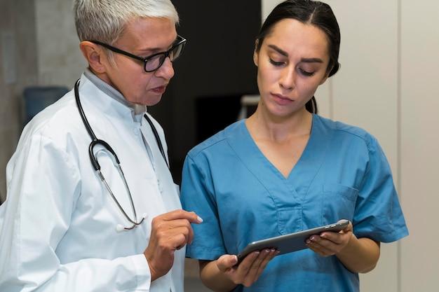 Doutor e enfermeira conversando
