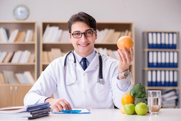 Doutor, em, dieta, conceito, com, frutas legumes