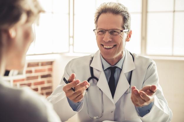 Doutor em jaleco branco está falando com o paciente.