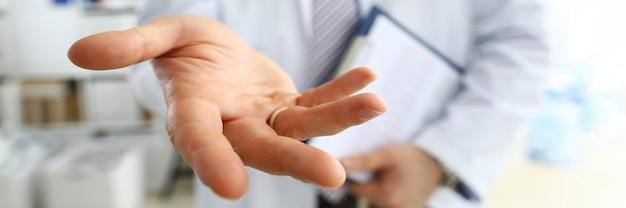 Doutor em medicina masculina oferecendo mão amiga closeup