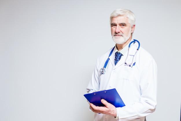 Doutor em pé com uma pasta e um estetoscópio