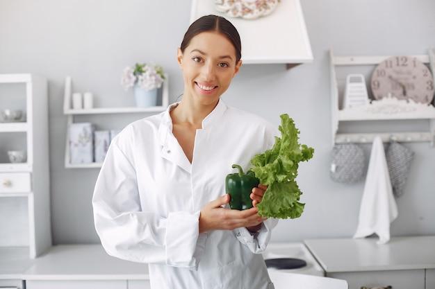 Doutor em uma cozinha com legumes