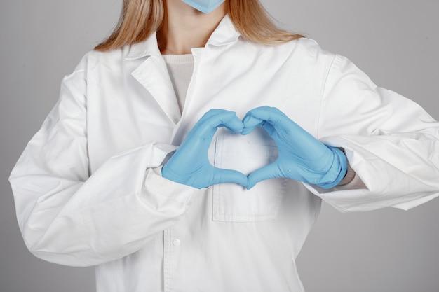 Doutor em uma máscara médica. tema coronavirus. isolado sobre parede branca