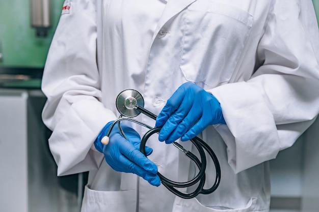 Doutor em uma túnica branca, segurando um estetoscópio