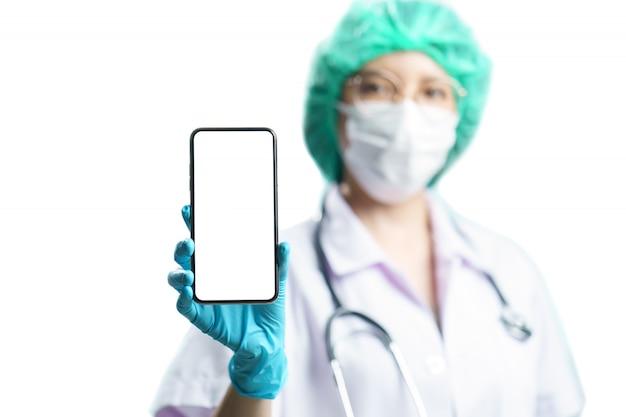 Doutor em uniforme segurando um smartphone