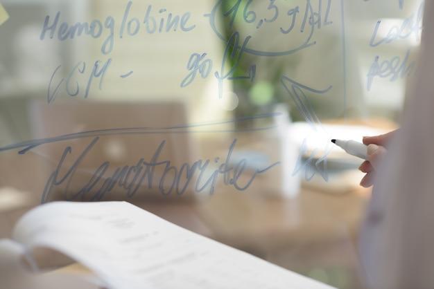 Doutor escrevendo resultados do teste do paciente