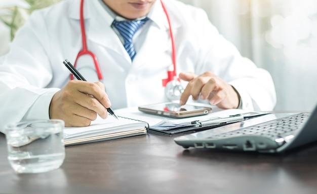 Doutor, escrita, informação, ligado, caderno, e, olhar telefone, planejando, para, cuidado, bom, saudável